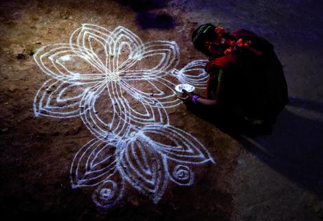 Aus dem täglichen Ritual indischer Frauen wachsen virtuose Muster. Foto: Reza