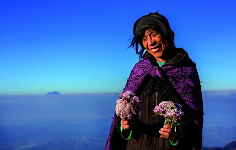 Der erste Tag einer langen Reise: Gewundene Straßen führten Reza zum höchsten Punkt einer Kaffeeplantage in Guatemala, auf dem ihm eine Nachfahrin der Mayas ohne jedes Wort Blumen überreichte. Foto: Reza